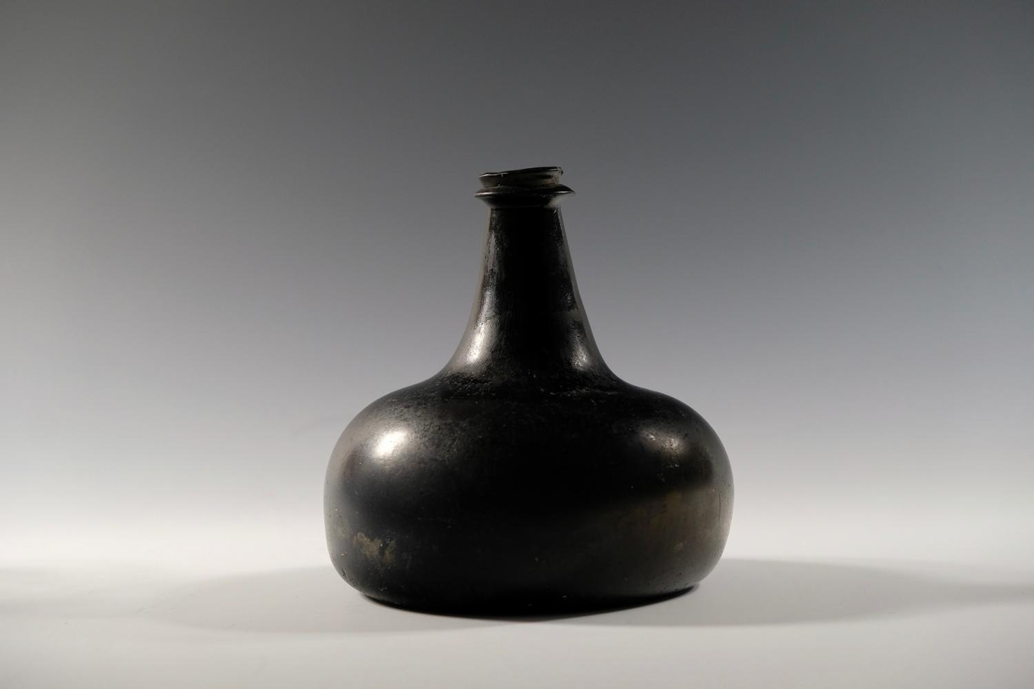 Onion wine bottle English C1700-10.